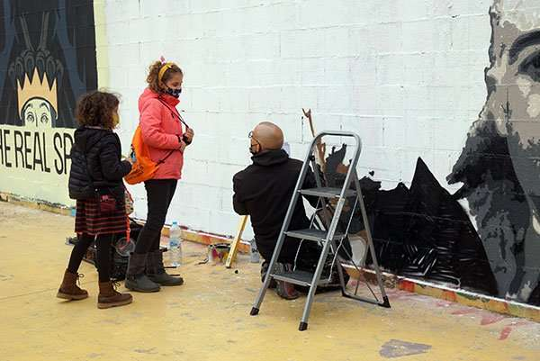 kids watching street art