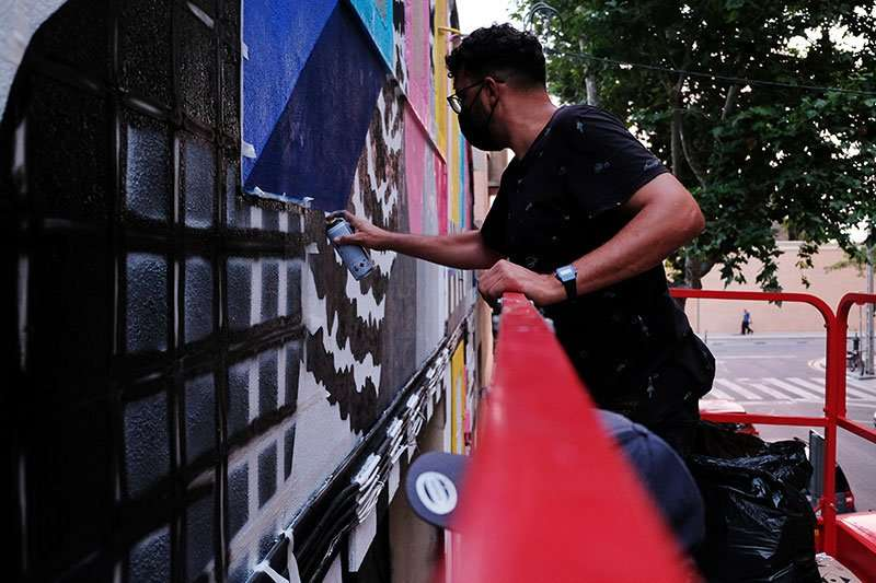 painting retro murals with dante arcade in barcelona